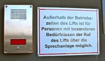 Lift Schild: Außerhalb der Betriebszeiten des Liftes ist für Personen mit besonderen Bedürfnissen der Ruf des Liftes über die Sprechanlage möglich.